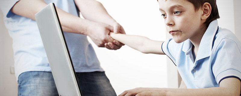 İnternet bağımlısı genç elini kesti